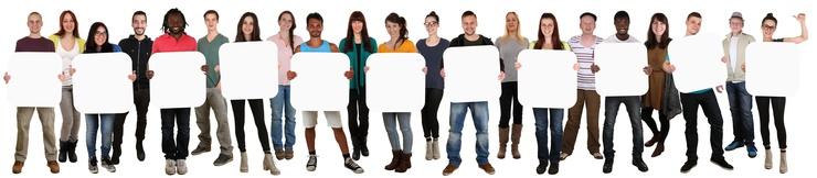 Lachende Gruppe junge Leute People halten Textfreiraum für elf Buchstabe oder Text Freisteller